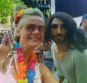 Conchita Wurst auf dem CSD Köln 2015 mit Regina Reinecke von Pink Pinscher Köln